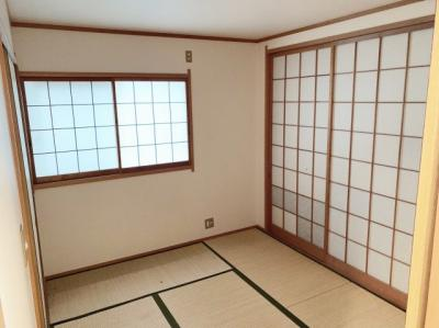 明るい和室です。玄関の横にあるので客間としても便利にお使いいただけます。