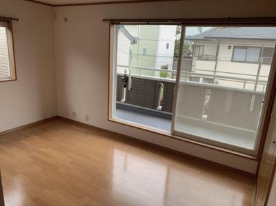 2階の洋室です。バルコニーに面しています。8帖あるのでゆったりお使い頂けます。