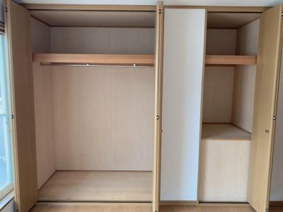 洋室の収納スペースです。クローゼットに物入れと豊富な収納です。