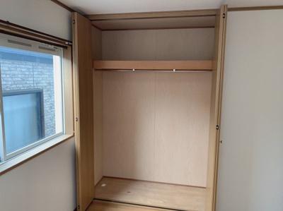 広々としたクローゼットです。十分な収納スペースがあります。