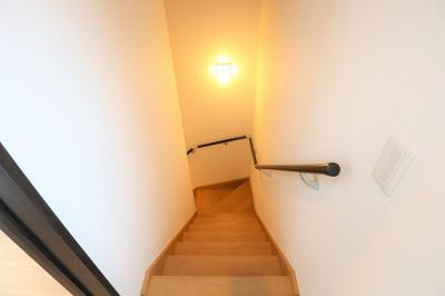 階段はきちんと手すりがついております。