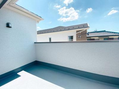【同社施工事例写真です】閑静な住宅街が見渡せるバルコニーは陽当たりも良好です 洗濯物もたくさん干せるワイドバルコニーです
