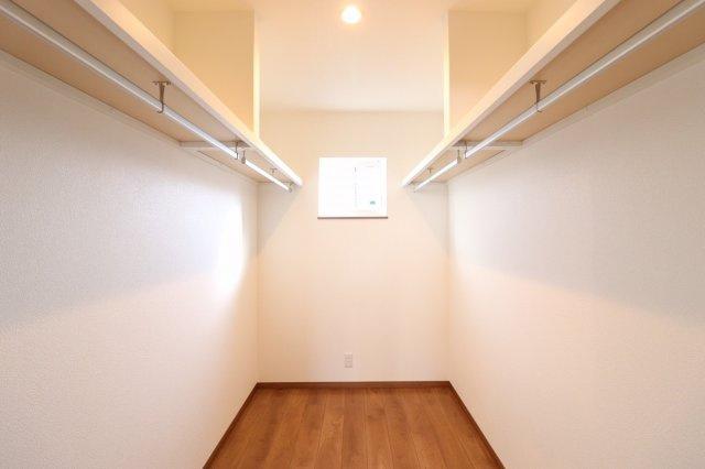 ウォークインクローゼットがあれば散らかりがちなお部屋もスッキリ見せることができますね♪ (当社施工例)