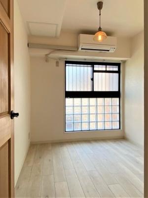 洋室 約4.0帖 エアコン付きです。 書斎やリモートワークにもぴったり。