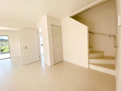 【同社施工事例写真です】暮らしやすさと安全の為に、階段には手すりを採用しています 窓もあり明るく風通りも良いです