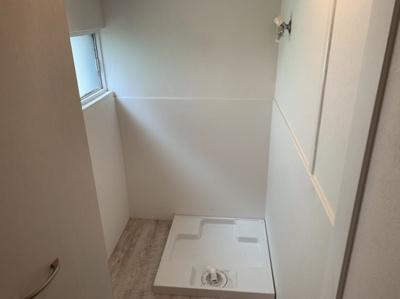 室内洗濯機置き場です。扉が付いているので隠せます。