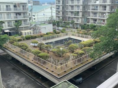 駐車場上部に中庭があります。