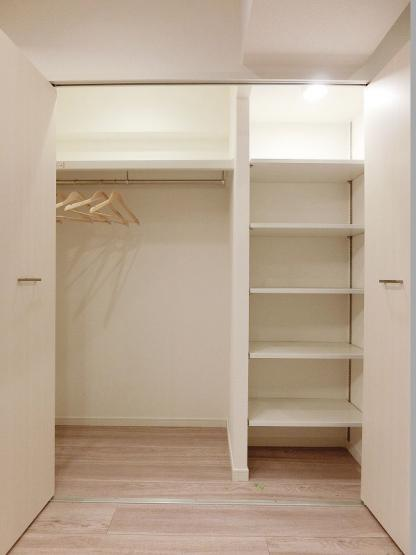 壁面には使い勝手のよいシステム収納がございます