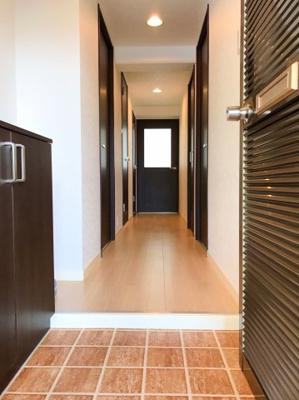 真っ黒の扉がオシャレですね♪玄関入って左手にシューズボックスがあります♪