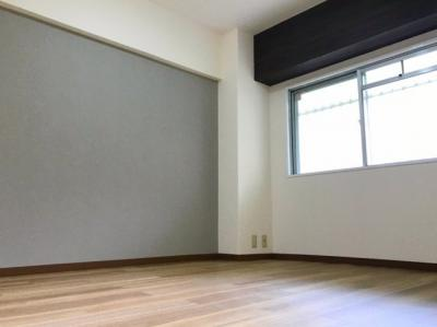 玄関入ってすぐ右手の6帖の洋室です♪