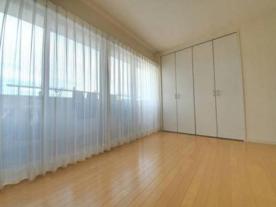 2階12帖の寝室です。大きな窓に眺望が良好です。