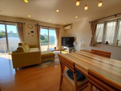 22帖のリビングは大きめの家具も充分に配置できます