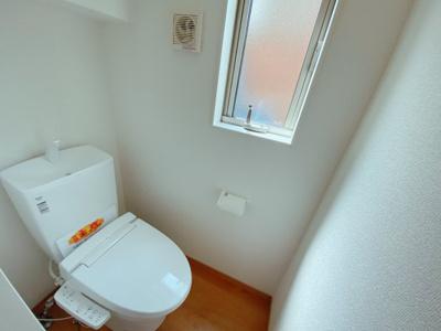 【同社施工事例写真です】1、2階共に高機能トイレ採用しています 便利な壁面収納も設け、窓も完備なトイレ空間はいつも快適です