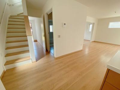 暮らしやすさと安全の為に、階段には手すりを採用しています 窓もあり明るく風通りも良いです