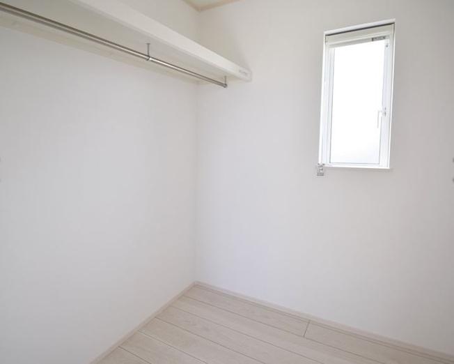 2階8帖 お洋服もしわにならずたっぷり掛けられます。