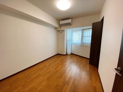 西側の洋室です。全居室レースカーテン設置済です。