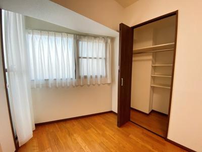 西側の洋室にはWCLも完備です。便利な可動棚もあります。