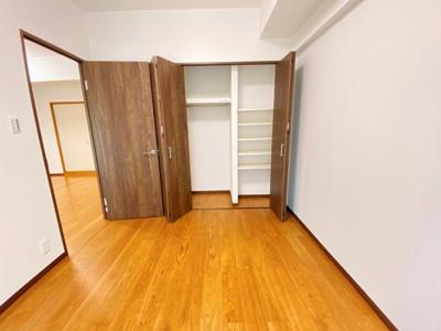 南側洋室のCLです。可動棚とハンガーポール設置済です。