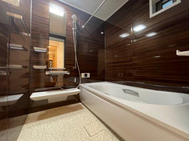 全面張りのオシャレなお風呂!お子様と一緒にゆっくり浸かることができる大きな浴室です♪