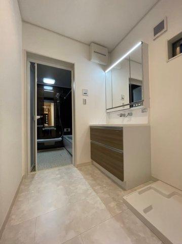 忙しい朝にもゆとりができる広い3面鏡付きの洗面所です。