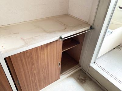洗面所にも収納スペースがあります。