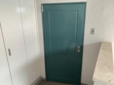 グリーンが可愛い玄関扉です。