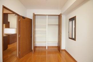便利な収納スペースは各居室にござます。