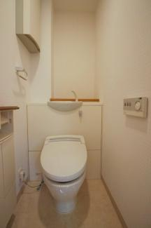 お手洗いは1つのみですが、お掃除道具、トイレッとぺーパーが隠せるプチ収納あり