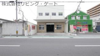遊亀通り沿い、甲府信用金庫 緑町支店前の利便性の高い立地 屋内型トランクルーム バイク保管も可能。