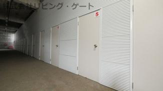 廊下と荷室の床は同レベルです。荷台でも楽々です。