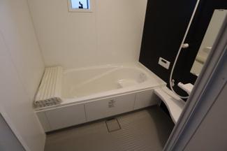 木更津市 文京 新築戸建て 木更津1号棟 ワンポイントのダーク系の壁を見て落ち着いて一日の疲れを洗い流す バスルームです。