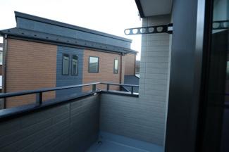 木更津市 文京 新築戸建て 木更津1号棟 バルコニー物干し竿掛けの上に庇がありますので、急な雨でも 濡れにくいですね。