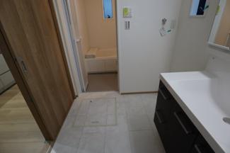 木更津市 文京 新築戸建て 木更津1号棟 キッチンに隣接しているので、忙しい家事の 料理しながら洗濯という、動線を考えた間取りです。