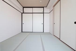 和室6帖です♪新調された畳で気持ちよくご入居していただけます(^^)大きな押入れも設けられており、たくさんの収納ができますね♪