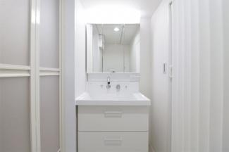 新品の洗面化粧台です♪鏡は三面鏡です!鏡の後ろは小物収納になっております!シャワー水栓で使い勝手がいいです(^^)