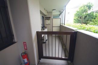 共用廊下より玄関入口