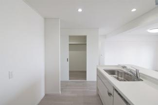 キッチン横にはウォークインクローゼットが有り、たくさんの収納ができます(^^)