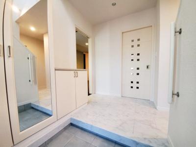 白くてお洒落な玄関!たっぷり収納可能なシューズボックス!