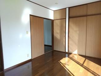 洋室には収納スペースがございます。