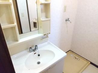 洗面台の横には、洗濯機置き場がございます。