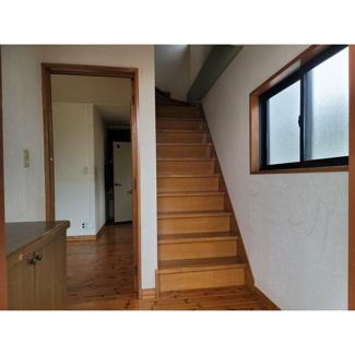 玄関を入ると階段があります。