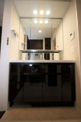 収納付き3面鏡の大きな洗面台です。