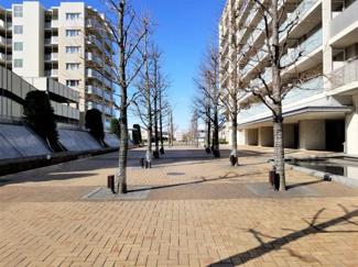 マンションの敷地は、見田方遺跡公園やレイクタウン大芝生広場と隣接しています。