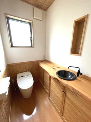 1F:杉板の手洗いカウンターが映える広々としたお手洗い。