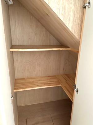 階段下収納。季節家電や日用品のストック置場にぴったりです。