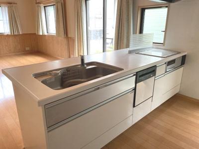 オール電化につき、お掃除が楽なIHクッキングヒーター。食洗器も付いて時短家事になります。