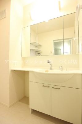 ワイドタイプのシャワー付き洗面台♪