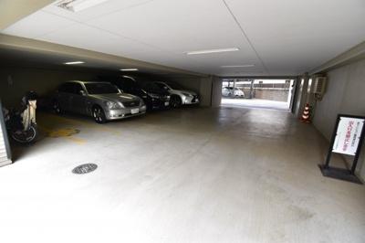 大切な愛車も守られるセキュリティの高い屋内駐車場
