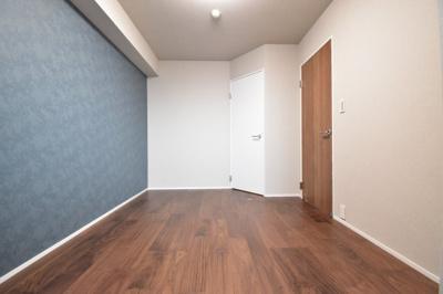約6帖の洋室はアクセントクロスがワンポイントに。どんなお部屋にアレンジするかはあなた次第。