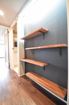 廊下部分にはおしゃれな壁面収納を造作。魅せる収納としてインテリアの配置にもこだわりを